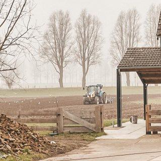 Vandaag is de boer bezig met het roteren van de grond. Dan kan onze pluktuin in mei ingezaaid worden! Aftellen kan beginnen! 💐☀️